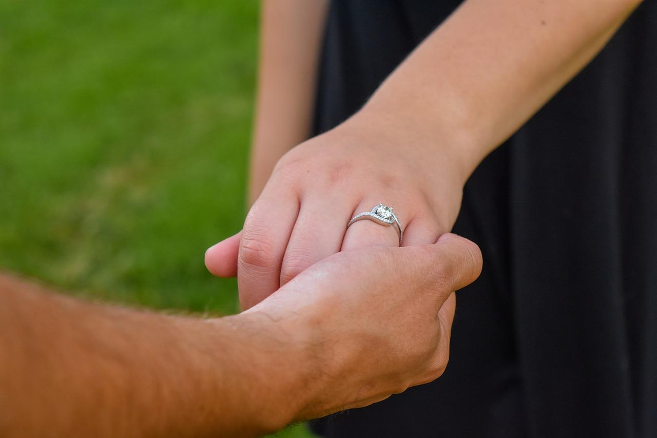 Consejos para limpiar anillos de plata y evitar que pierdan valor